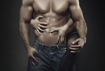 Hay posturas sexuales que ayudan a desarrollar tus abdominales (iStock)