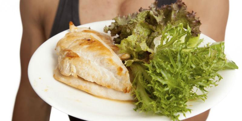 El pollo aporta niacina que ayuda a generar energía (iStock)