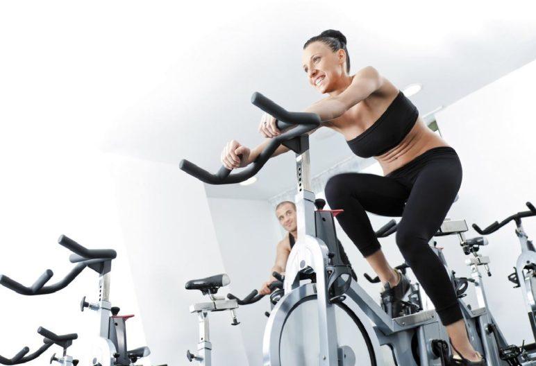 Buen ajuste de las zapatillas a la cala de la bicicleta estática (iStock)