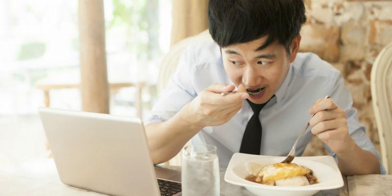 Hay que comer sin distracciones, y esto incluye el móvil, la tablet, el ordenador o la televisión (iStock)
