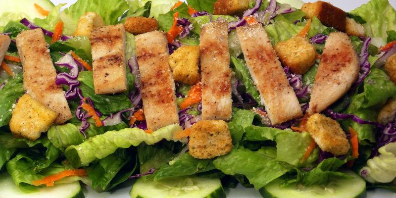 La ensalada césar puede llegra a contener en sí misma unas 1.000 calorías (Pixabay)