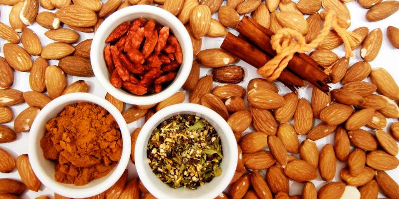 Las almendras son ricas en vitamina B2 y las nueces contribuyen a la buena circulación de la sangre (Pixabay