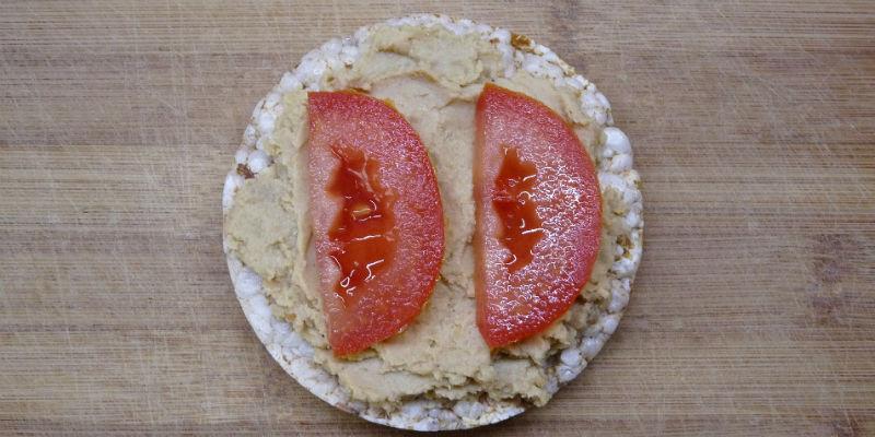 Tortitas de arroz con hummus y tomta (Pixabay)