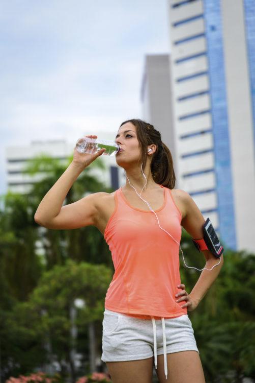 Para correr en verano sin riesgos es clave beber mucha agua (iStock)