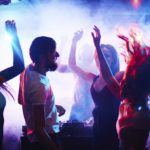 ¿Por qué los tíos pagamos para entrar en las discotecas (y ellas no)?