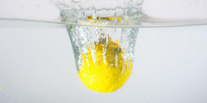 Entre los beneficios del agua con limón también destaca su poder antibacteriano (Pixabay)