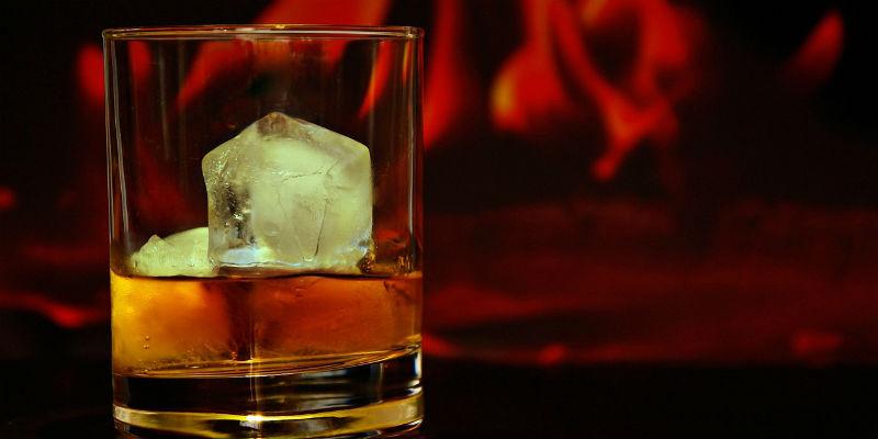 El alcohol relaja el esfínter esofágico, lo que provoca reflujos gástricos (Pixabay)