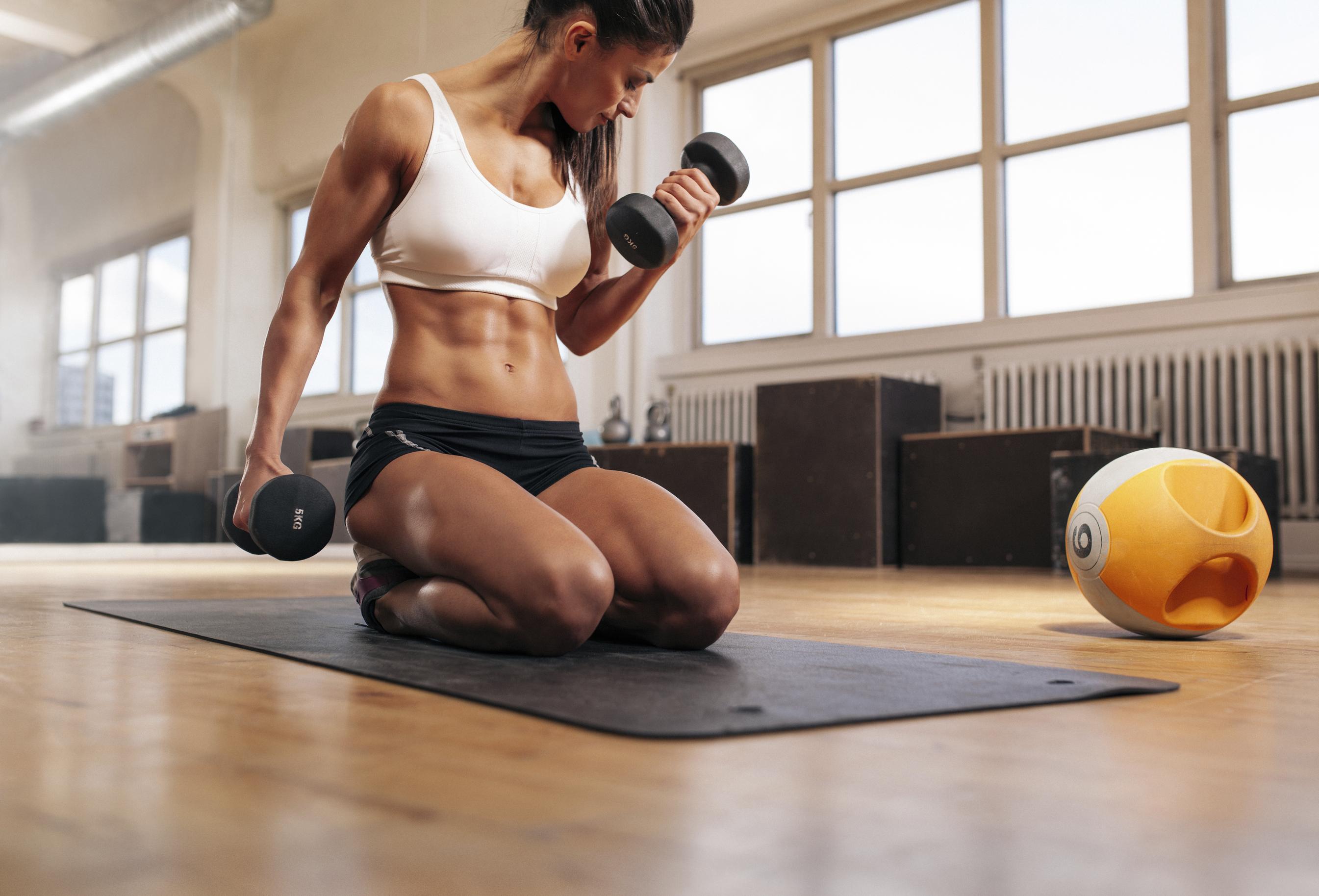 Curl de bíceps con mancuernas, el ejercicio más habitual (iStock)