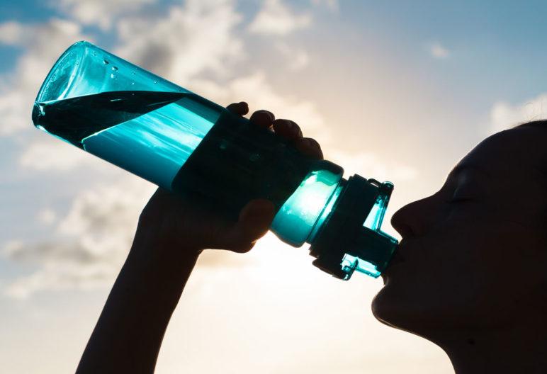 Beber agua es imprescindible para cualquier persona (iStock)