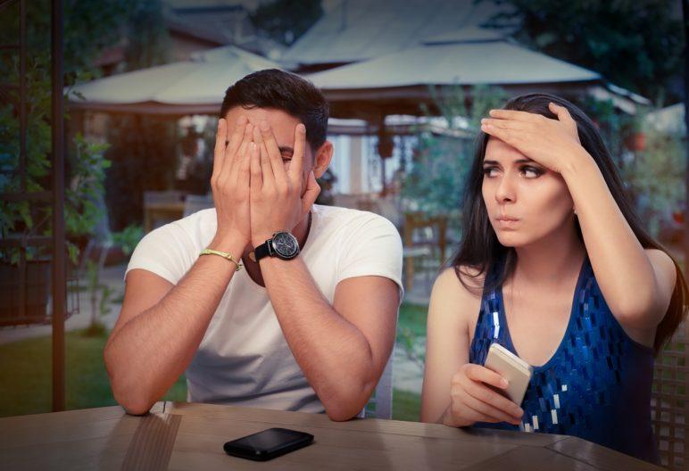 Cuidado con lo que dices en una primera cita (IStock)