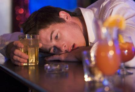 Hay alimentos que permiten asimilar mejor el alcohol y reducir las molestias de la resaca. (iStock)