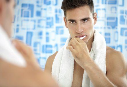 Cepillarse los dientes es una actividad complementaria al gimnasio (IStock)