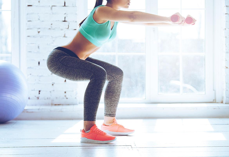 Las sentadillas son un ejercicio ideal para fortalecer tu culo (iStock)