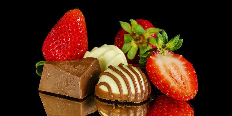 Las fresas y el chocolate son el colofón ideal para una cena romántica (Pixabay)