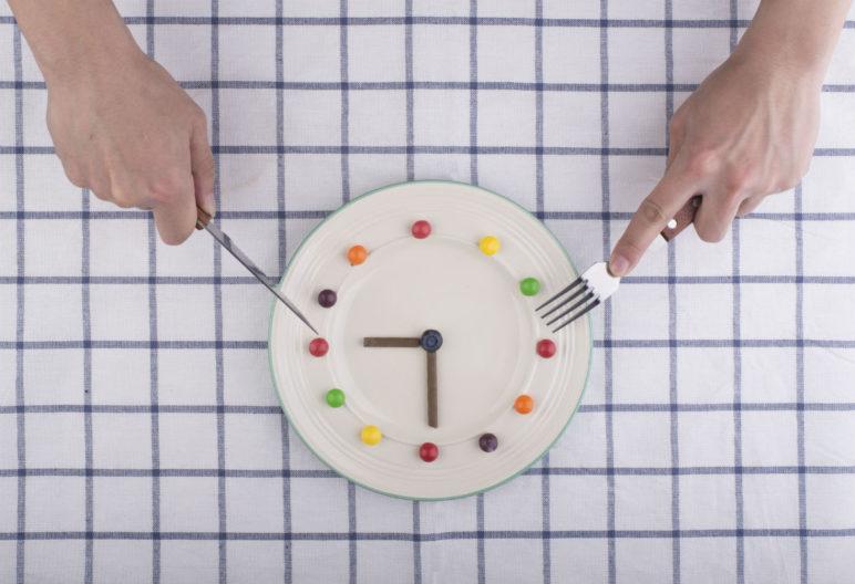 Los horarios de las comidas influyen en nuestro peso, así lo demuestran varios estudios (iStock)