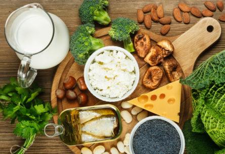 Para mantener alejadas las lesiones óseas, los corredores deben asegurarse de ingerir alimentos que sean importantes fuentes de calcio. (iStock)
