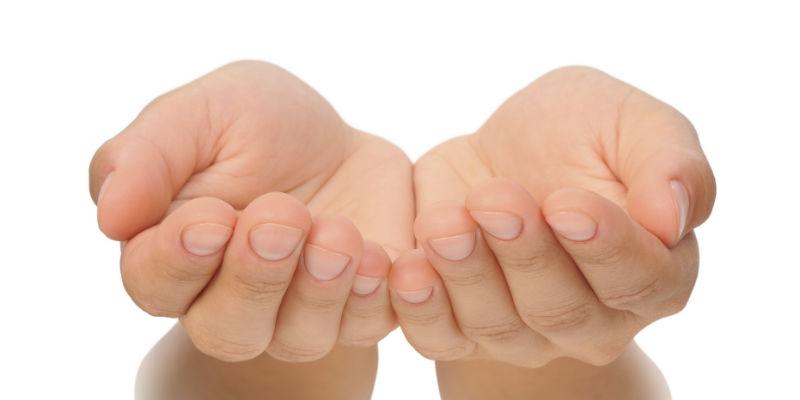 Dos manos abiertas formando un cuenco —> vegetales (iStock)