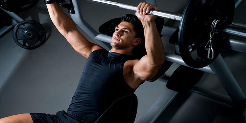 Press de banca inclinada, gran ejercicio para aumentar pectorales (iStock