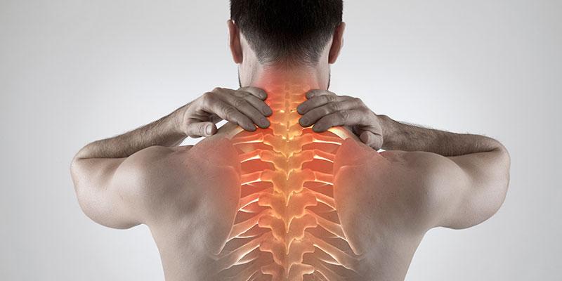 Si trabajamos sentados y no queremos tener una contractura, debemos mantener la espalda recta (iStock)