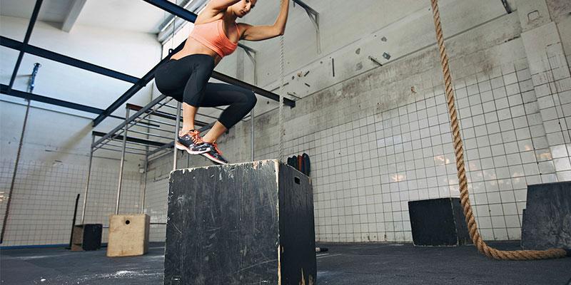Salto sobre caja, otro buen ejercicio para entrenar la explosividad en running (iStock)