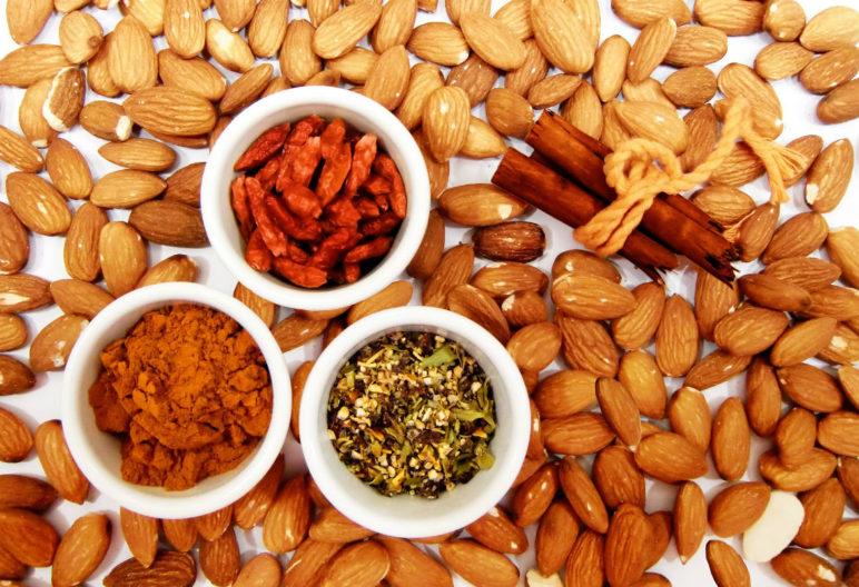 Comer frutos secos disminuye en un 29% el riesgo de morir por una enfermedad cardiovascular y un 11% por cáncer. (Pixabay)