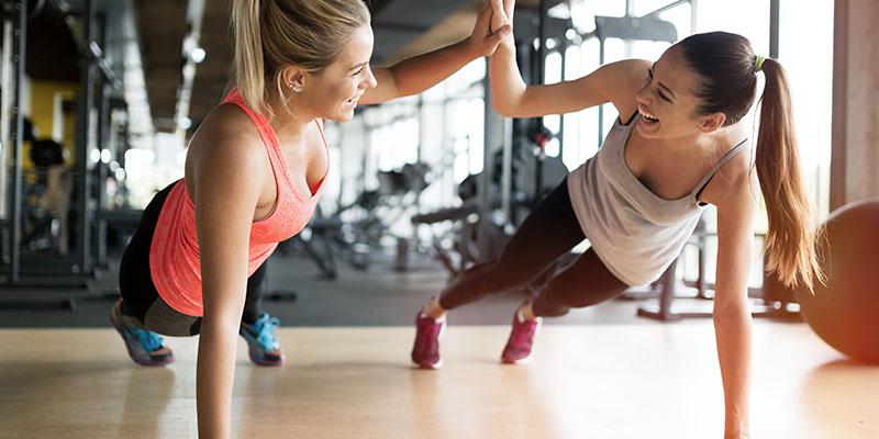 Flexiones en las clases de gym para ganar fuerza. (iStock).