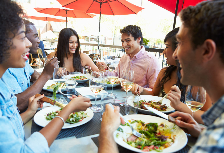 Los españoles somos los europeos que salimos a comer fuera de casa, por eso ofrecemos algunos trucos perfectos para no caer en excesos. (iStock)