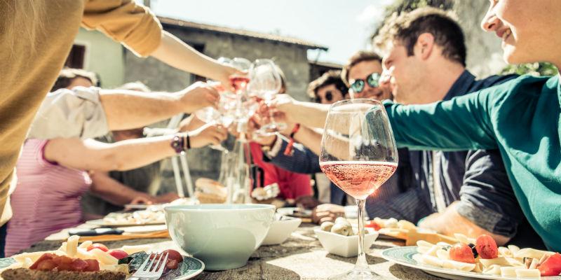 Hay que evitar la lucha con la comida y focalizarse en el resto de las cosas: compañía, charla, diversión, ambiente… (iStock)