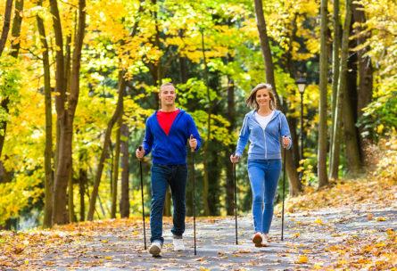Con el Nordic Walking se ponen en marcha un 90 % de los músculos del cuerpo. (iStock).