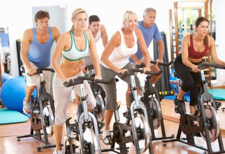 El spinning es uno de los ejercicios para adelgazar más eficaces. (iStock).