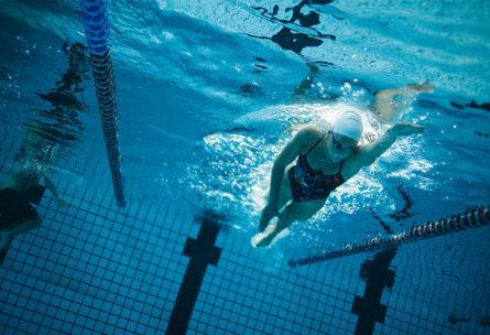 Con la natación se activan todos los grandes grupos musculares del cuerpo. (iStock).