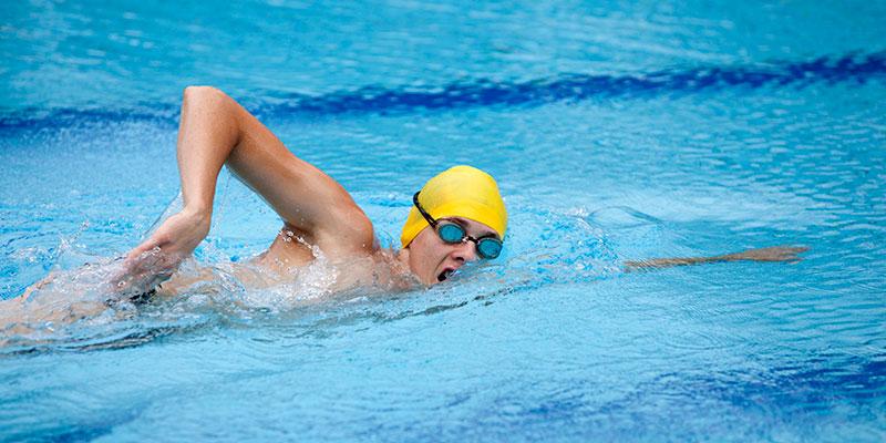 Los dedos rozan el agua al llevar el brazo hacia delante. (iStock).