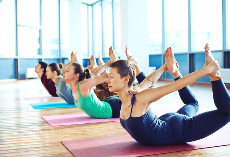 El columpio es uno de los ejercicios de yoga para quemar grasa. (iStock).