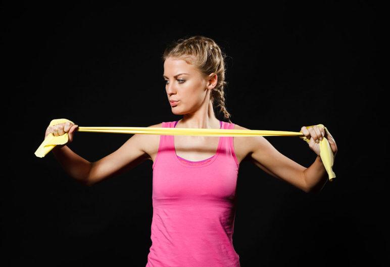 Hay muchos ejercicios con gomas para adelgazar. (iStock).