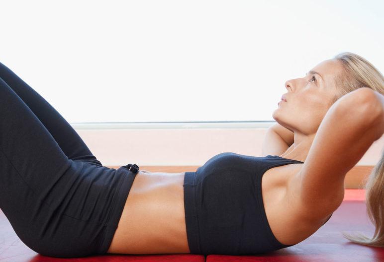 Evidentemente, los ejercicios conocidos como abdominales son buenos para lograr un vientre plano. (iStock).