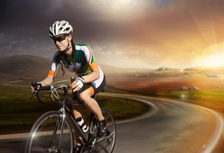 Hay que tomar precauciones al montar en bici por carretera. (iStock).