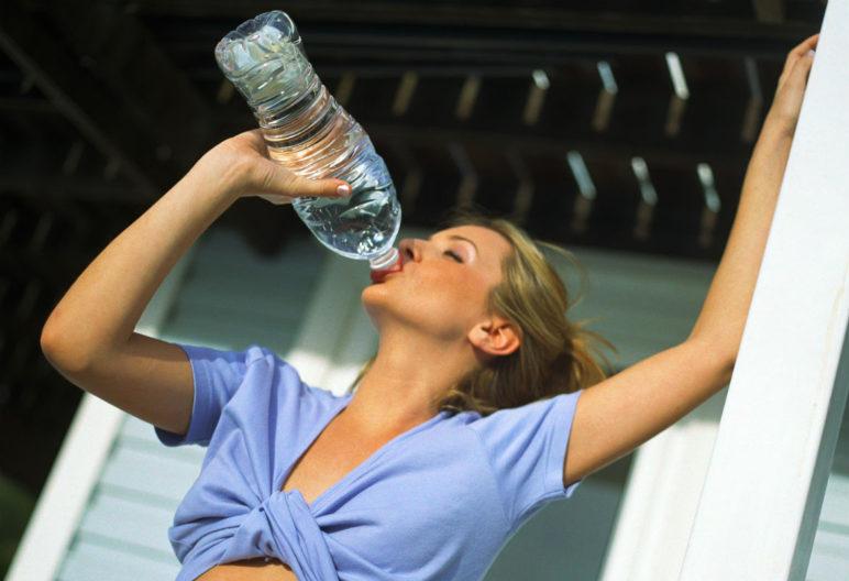 Hidratarse es fundamental antes y después de tomar el sol (Foto: Gtres)