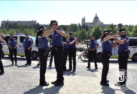 Instante en el que la Policía empieza a bailar un chotis (Youtube)