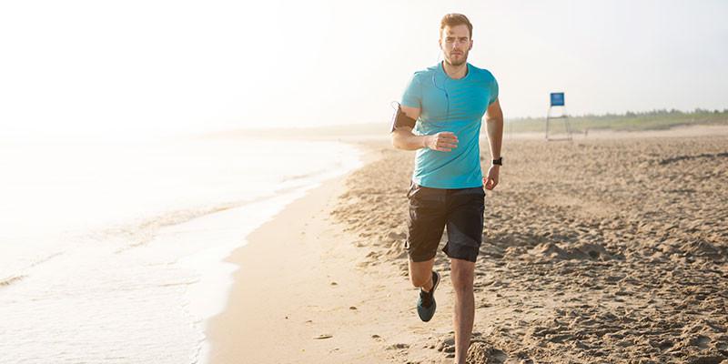 Cuidado con la inclinación al correr en la arena de la playa. (iStock).
