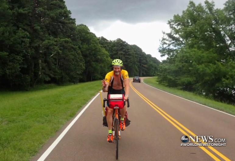 Bill Conner durante su viaje en bicicleta (ABC News)