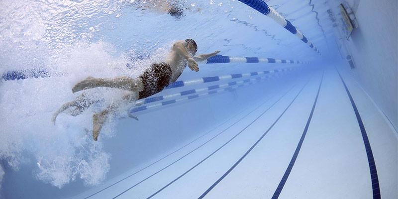La natación es un ejercicio muy completo (Pixabay)