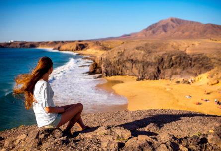 Elijas playa o montaña, hay muchos ejercicios ligeros que puedes hacer en verano (iStock)