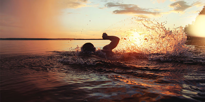 Lógicamente, nadar es uno de los ejercicios que se puede hacer en verano (iStock)