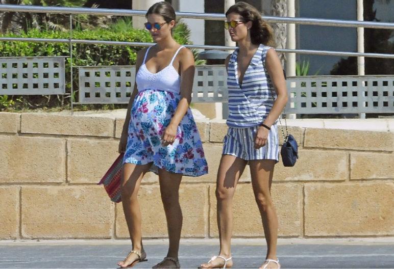 La modelo Malena Costa junto a una amiga en Mallorca (GTRES)