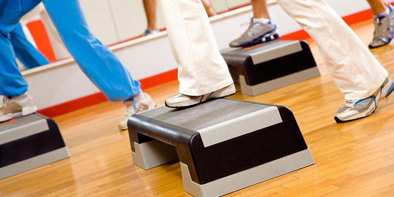 En el gimnasio o en casa, step (iStock)