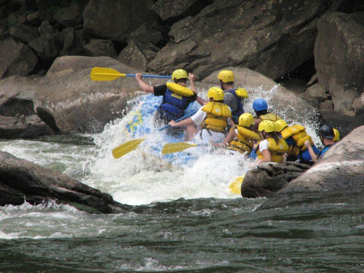 Navega en los rápidos de un río (pixabay)