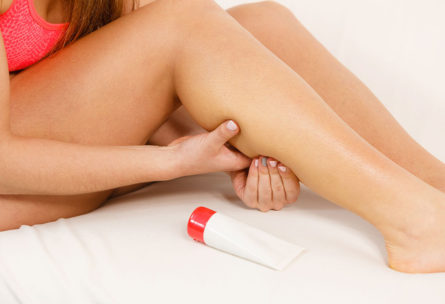 Una pomada antiinflamatoria puede ser útil en algunos casos (iStock)