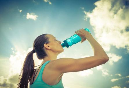 Las bebidas isotónicas han de consumirse durante la actividad deportiva (iStock)
