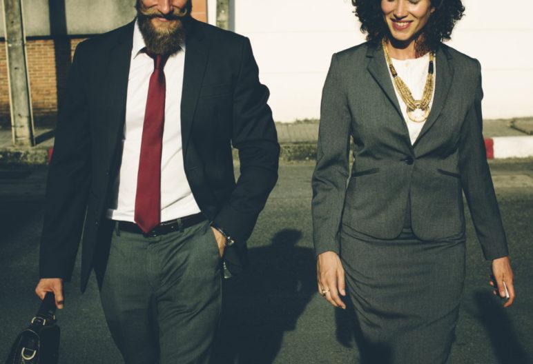 Una mujer y un hombre van juntos a trabajar (Pexels)