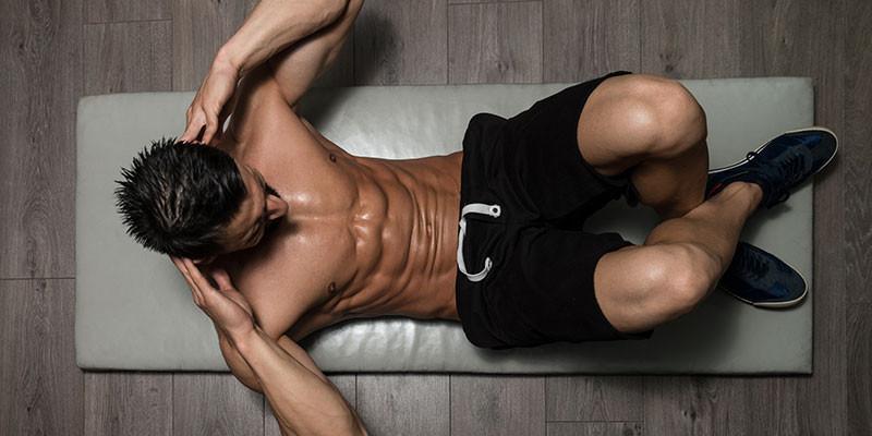 Mete series de abdominales en el calentamiento previo a cada entreno (iStock)